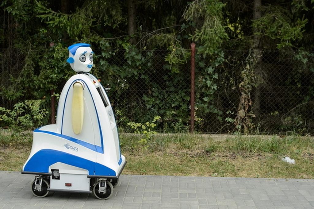 robot-jurek-iuro-interactive-urban-robot-3